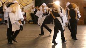 Οι νέοι γερμανικοί χορευτές στο παραδοσιακό κοστούμι εκτελούν έναν αστείο λαϊκό χορό απόθεμα βίντεο
