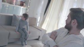 Οι νέοι γονείς που υποστηρίζουν και διασκορπίζουν στα διαφορετικά δωμάτια Το μικρό παιδί είναι φοβησμένο και με απώλεια Οικογενει απόθεμα βίντεο