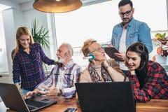 Οι νέοι εθελοντές βοηθούν τους ανώτερους ανθρώπους στον υπολογιστή στοκ εικόνες με δικαίωμα ελεύθερης χρήσης