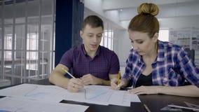 Οι νέοι εμπειρογνώμονες εργάζονται και μιλούν στον πίνακα στην κορυφαία επιχείρηση στο εσωτερικό απόθεμα βίντεο