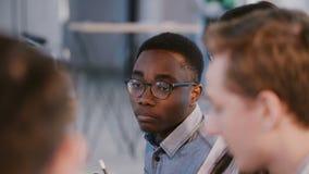 Οι νέοι επαγγελματίες Multiethnic, συνέταιροι στη συνεδρίαση των ομάδων, έσ απόθεμα βίντεο
