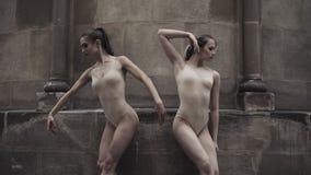 Οι νέοι επαγγελματικοί θηλυκοί χορευτές εκτελούν τον ακροβατικό χορό κατά μήκος της μεσαιωνικής οδού απόθεμα βίντεο