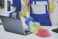 Οι νέοι επαγγελματικοί καθαριστές ζευγών καθαρίζουν το γραφείο Στοκ φωτογραφία με δικαίωμα ελεύθερης χρήσης