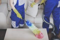 Οι νέοι επαγγελματικοί καθαριστές ζευγών καθαρίζουν το σπίτι Στοκ εικόνες με δικαίωμα ελεύθερης χρήσης