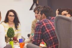 Οι νέοι επαγγελματίες εργάζονται στο σύγχρονο γραφείο Στοκ Φωτογραφίες