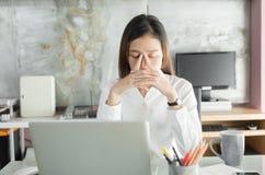 Οι νέοι επιχειρηματίες πάσχουν από τους πονοκέφαλους, ασιατικές γυναίκες S Στοκ εικόνα με δικαίωμα ελεύθερης χρήσης
