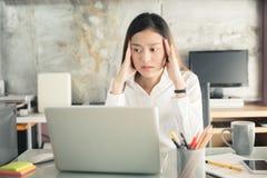 Οι νέοι επιχειρηματίες πάσχουν από τους πονοκέφαλους, ασιατικές γυναίκες S Στοκ Εικόνα