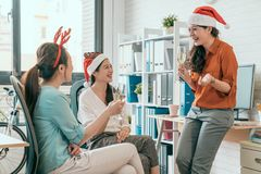 Οι νέοι επιχειρηματίες πίνουν τη σαμπάνια Στοκ εικόνες με δικαίωμα ελεύθερης χρήσης
