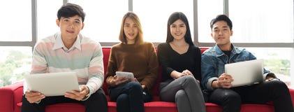 Οι νέοι επιχειρηματίες φαίνονται κάμερα στοκ εικόνες