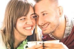 Οι νέοι εραστές συνδέουν στην αρχή της ιστορίας αγάπης στο φραγμό καφέ - όμορφο cappuccino κατανάλωσης ανδρών με την όμορφη γυναί στοκ εικόνες