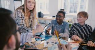 Οι νέοι θετικοί multiethnic υπάλληλοι επιχείρησης χαμογελούν, εργασία που π απόθεμα βίντεο