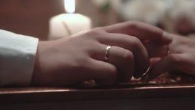 Οι νέοι κάθονται σε ένα εστιατόριο και αγγίζουν ο ένας τον άλλον ήπια, κινηματογράφηση σε πρώτο πλάνο, σε αργή κίνηση απόθεμα βίντεο