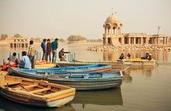 Οι νέοι και οι γυναίκες που συναντιούνται στα riverboats ελλιμενίζουν με τους αρχαίους ινδικούς πύργους στην Ινδία Στοκ Φωτογραφία