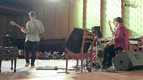 Οι νέοι μουσικοί παίζουν την τζαζ στη αίθουσα συναυλιών φιλμ μικρού μήκους