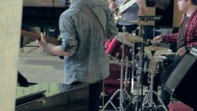 Οι νέοι μουσικοί παίζουν την τζαζ στη αίθουσα συναυλιών απόθεμα βίντεο