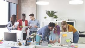 Οι νέοι ομαδοποιούν στο σύγχρονο γραφείο διοργανώνουν τη συζήτηση ενός νέου προγράμματος φιλμ μικρού μήκους