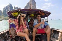 Οι νέοι ομαδοποιούν τουριστών πανιών το μακροχρόνιο ουρών της Ταϊλάνδης ταξίδι ταξιδιού διακοπών θάλασσας φίλων βαρκών ωκεάνιο στοκ φωτογραφίες με δικαίωμα ελεύθερης χρήσης