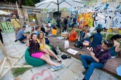Οι νέοι πίνουν τα κοκτέιλ στον υπαίθριο φραγμό Στοκ Φωτογραφίες