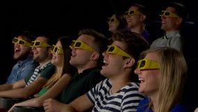 Οι νέοι προσέχουν τους κινηματογράφους στον κινηματογράφο: κωμωδία σε τρισδιάστατο απόθεμα βίντεο