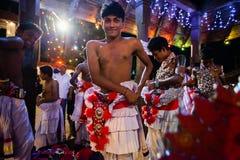 Οι νέοι δράστες ντύνουν επάνω για Kandy Esala Perahera Στοκ Φωτογραφίες