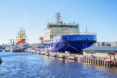 Οι νέοι ρωσικοί diesel-ηλεκτρικοί παγοθραύστες ΜΟΎΡΜΑΝΣΚ στην αποβάθρα στο αγγλικό ανάχωμα στη Αγία Πετρούπολη Στοκ εικόνα με δικαίωμα ελεύθερης χρήσης