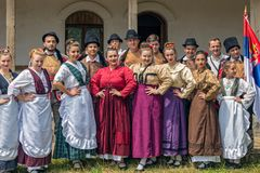 Οι νέοι σερβικοί χορευτές από Banat, στα παραδοσιακά κοστούμια, παρουσιάζουν στοκ εικόνες