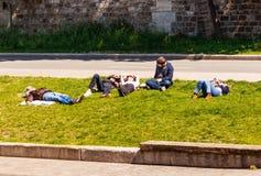 Οι νέοι στηρίζονται στο ανάχωμα του ποταμού Sena Στοκ φωτογραφίες με δικαίωμα ελεύθερης χρήσης