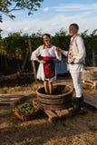 Οι νέοι στο μολδαβικό εθνικό φόρεμα θέτουν κατά τη διάρκεια του manufac στοκ φωτογραφία με δικαίωμα ελεύθερης χρήσης