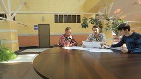 Οι νέοι σχεδιαστές συζητούν τη στρατηγική το επιχειρησιακό κτήριο απόθεμα βίντεο