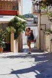Οι νέοι ταξιδιωτικοί περίπατοι μέσω της ξένης πόλης και παίρνουν τις εικόνες στοκ φωτογραφία