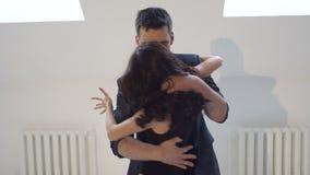 Οι νέοι χορεύουν σε ένα σχολείο χορού για τη λατινική μουσική Salsa, bachata, ρούμπα φιλμ μικρού μήκους