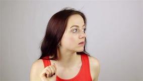 Οι νέοι όμορφοι κτύποι γυναικών στην πόρτα και ακούνε απόθεμα βίντεο