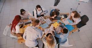 Οι νέοι multiethnic επαγγελματικοί εργαζόμενοι επιχειρησιακής επιχείρησης φιλμ μικρού μήκους