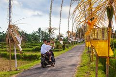 Οι νεαροί άνδρες οδηγούν στη μοτοσικλέτα στο χωριό για το θρησκευτικό φεστιβάλ στοκ εικόνα