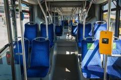 Οι νεαροί άνδρες οδηγούν ένα λεωφορείο, που παίρνει τον ταξιδιώτη στοκ εικόνες