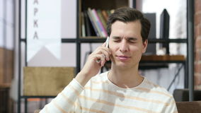 Οι νεαροί άνδρες που μιλούν στο κύτταρο τηλεφωνούν και που γελούν απόθεμα βίντεο