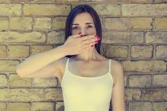 Οι νεολαίες απασχόλησαν τη λυπημένη και στοχαστική γυναίκα στην άσπρη κάλυψη μπλουζών στοκ εικόνες