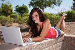 οι νεολαίες γυναικών lap-top τ στοκ φωτογραφία με δικαίωμα ελεύθερης χρήσης