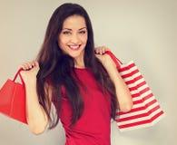 Οι νεολαίες διέγειραν την οδοντωτή χαμογελώντας γυναίκα με τις τσάντες αγορών Διακοπές καλής χρονιάς στοκ εικόνες
