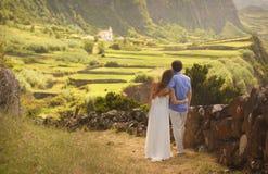 Οι νεολαίες πρόσφατα το αγκάλιασμα του ζεύγους στο honneymoon στο νησί Flores, Αζόρες στοκ φωτογραφία με δικαίωμα ελεύθερης χρήσης