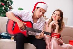 Οι νεολαίες συνδέουν την κιθάρα παιχνιδιού στα Χριστούγεννα στοκ φωτογραφίες με δικαίωμα ελεύθερης χρήσης