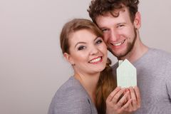 Οι νεολαίες το ζευγάρι που παρουσιάζει σύμβολο σπιτιών στοκ φωτογραφία με δικαίωμα ελεύθερης χρήσης