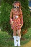 Οι νεολαίες το κορίτσι που ντύνεται σε αναδρομικό Στοκ Εικόνα