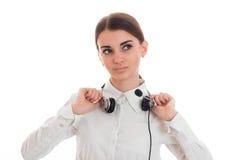 Οι νεολαίες καλούν το κορίτσι γραφείων στο άσπρο πουκάμισο με τα ακουστικά που απομονώνεται στο υπόβαθρο στο στούντιο Στοκ εικόνες με δικαίωμα ελεύθερης χρήσης