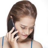 Οι νεολαίες δροσίζουν τη επιχειρηματία που μιλά στο κινητό τηλέφωνο Στοκ εικόνες με δικαίωμα ελεύθερης χρήσης