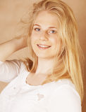 Οι νεολαίες δροσίζουν blong το έφηβη που βρωμίζεται με το χαμόγελο τρίχας της Στοκ φωτογραφία με δικαίωμα ελεύθερης χρήσης