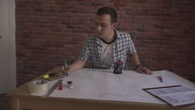 Οι νεολαίες συγκέντρωσαν το ελκυστικό βέβαιο άτομο στο πουκάμισο καρό που λειτουργεί στη συνεδρίαση σκέψης επιχειρησιακού προγράμ φιλμ μικρού μήκους