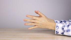 Οι νευρικές μετακινήσεις χεριών της γυναίκας κλείνουν επάνω απόθεμα βίντεο