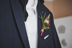 Οι νεόνυμφοι ταιριάζουν σε μια κρεμάστρα πριν από το γάμο στοκ φωτογραφία με δικαίωμα ελεύθερης χρήσης