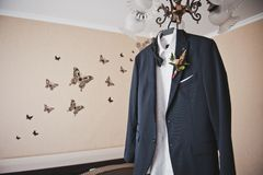 Οι νεόνυμφοι ταιριάζουν σε μια κρεμάστρα πριν από το γάμο στοκ φωτογραφίες με δικαίωμα ελεύθερης χρήσης